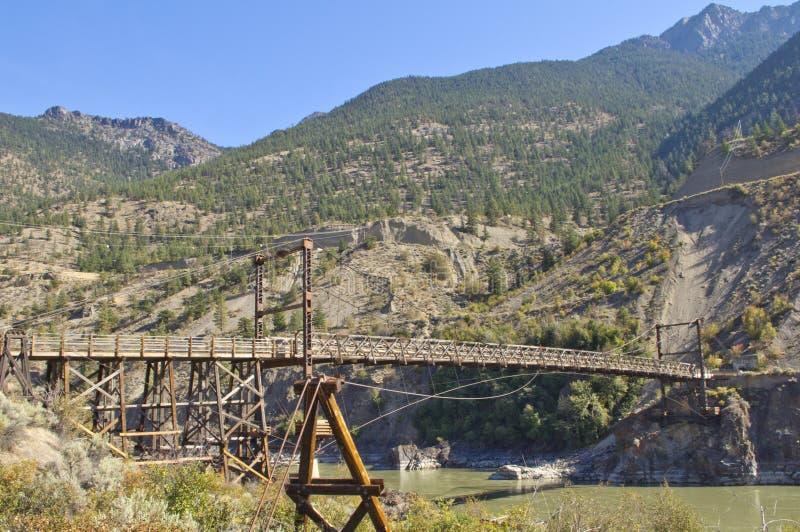 Uma ponte de madeira histórica que mede Fraser River foto de stock