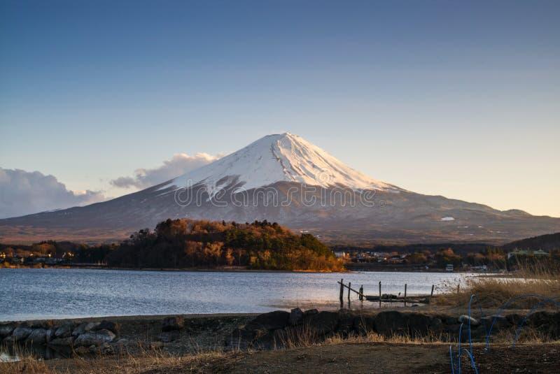 Uma ponte de madeira no prado com o lago e o Monte Fuji imagens de stock