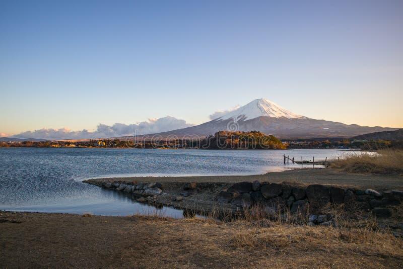 Uma ponte de madeira no prado com o lago e o Monte Fuji fotos de stock