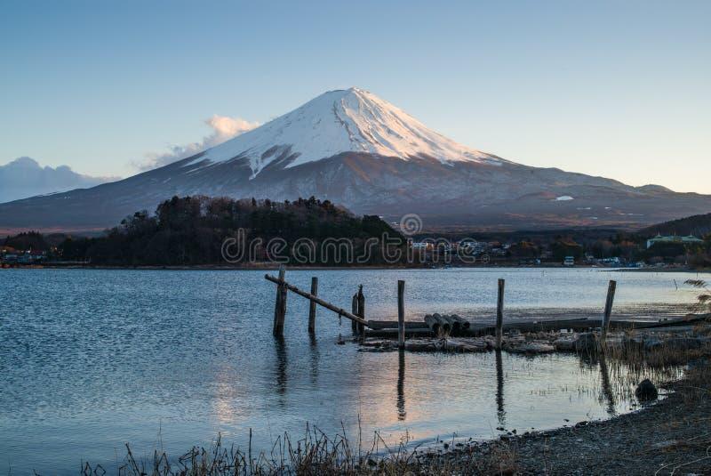 Uma ponte de madeira no prado com o lago e o Monte Fuji imagens de stock royalty free