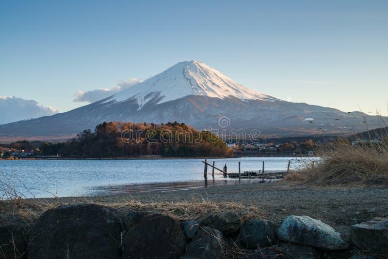 Uma ponte de madeira no prado com o lago e o Monte Fuji foto de stock royalty free