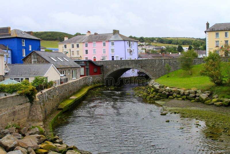 Uma ponte de pedra sobre o aeron do rio imagens de stock