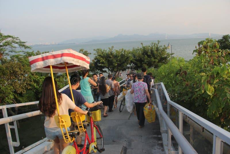 Uma ponte de plataforma ocupada na baía de SHENZHEN fotos de stock