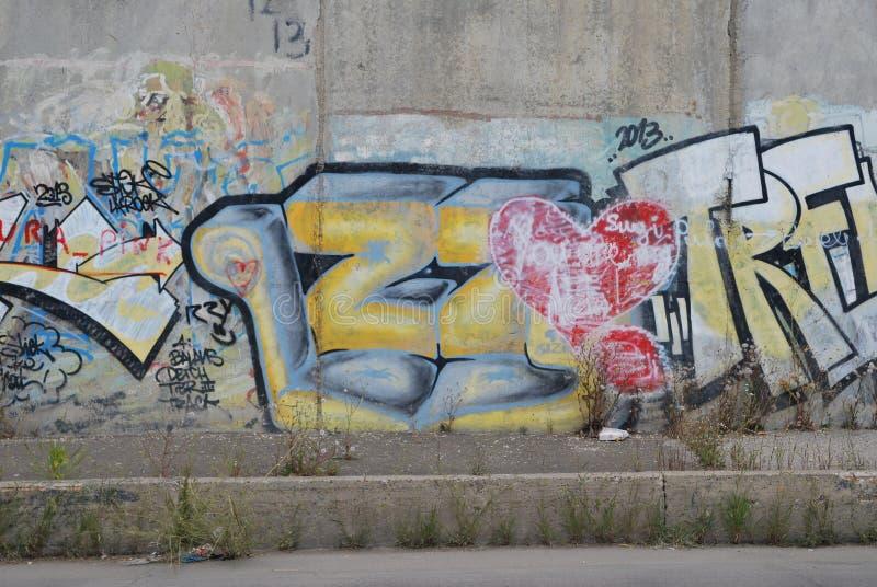 Uma ponte destruída com arte dos grafittis da rua imagens de stock royalty free