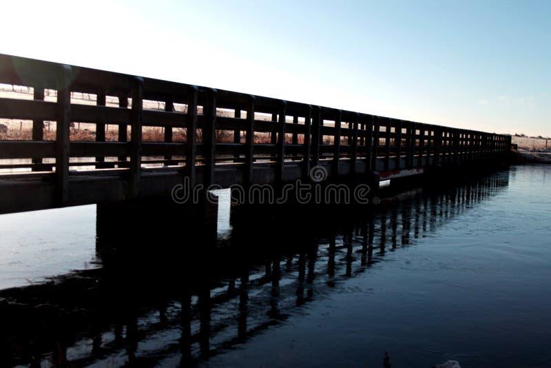 Uma ponte a distante fotografia de stock