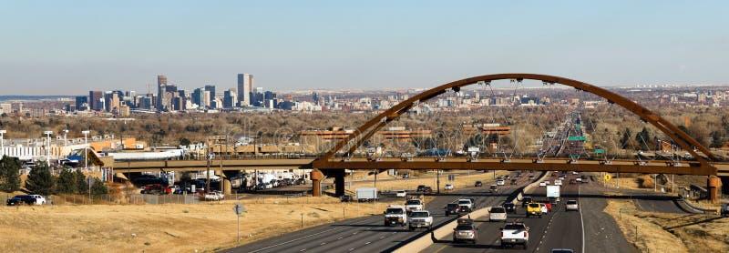 Uma ponte do transporte público cruza a estrada fora de Denver Colorado fotografia de stock royalty free