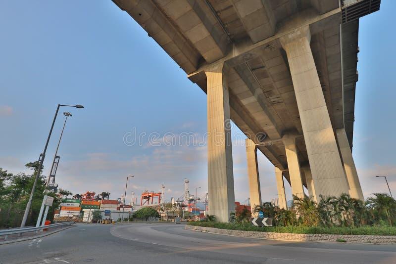 Uma ponte dos Stonecutters e a estrada do sha de Tsing imagens de stock