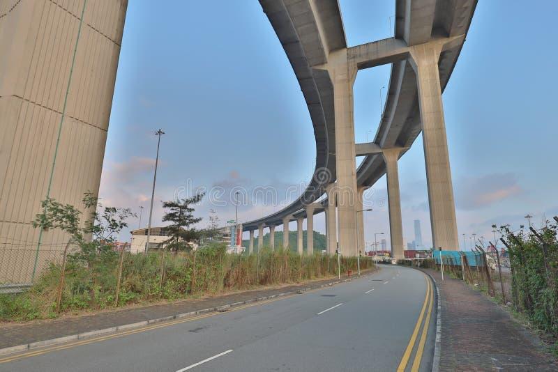 Uma ponte dos Stonecutters e a estrada do sha de Tsing fotos de stock