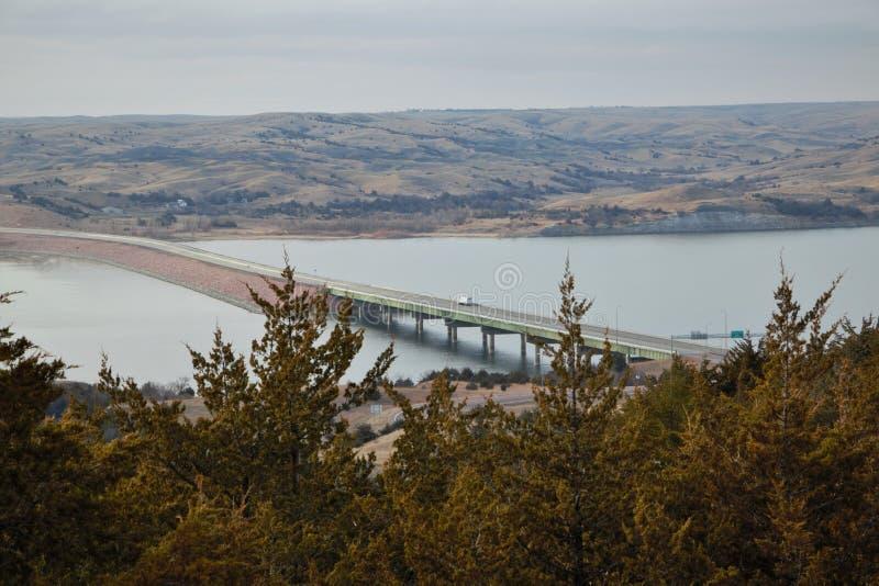 Uma ponte em South Dakota que cruza o Rio Missouri fotos de stock