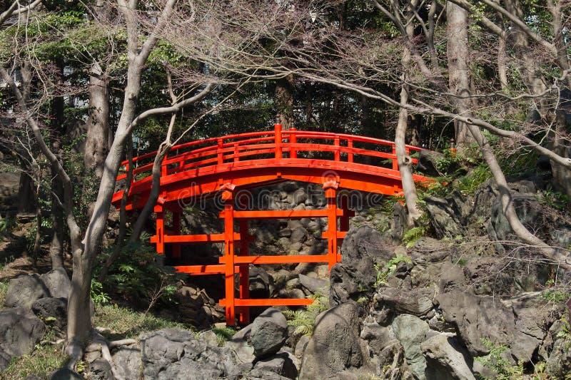 Download Ponte vermelha foto de stock. Imagem de jardinar, footpath - 29840442