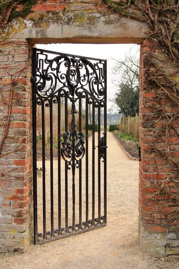 Uma porta aberta do ferro fotografia de stock royalty free
