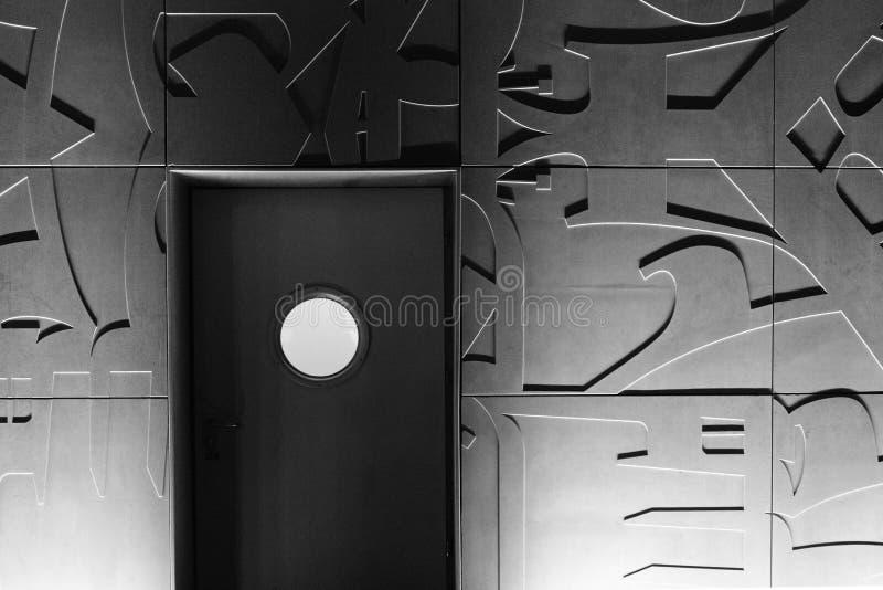 Uma porta com janela redonda foto de stock