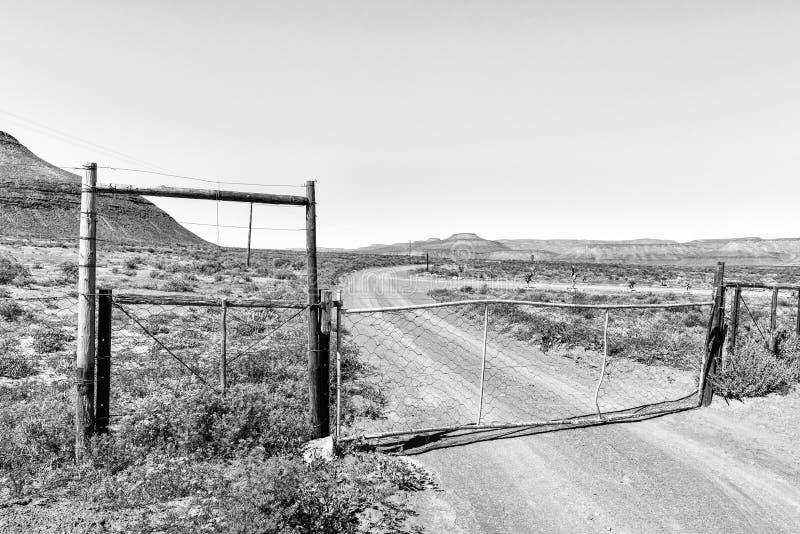 Uma porta da exploração agrícola na rota da herança de Rooibos monocromático imagem de stock