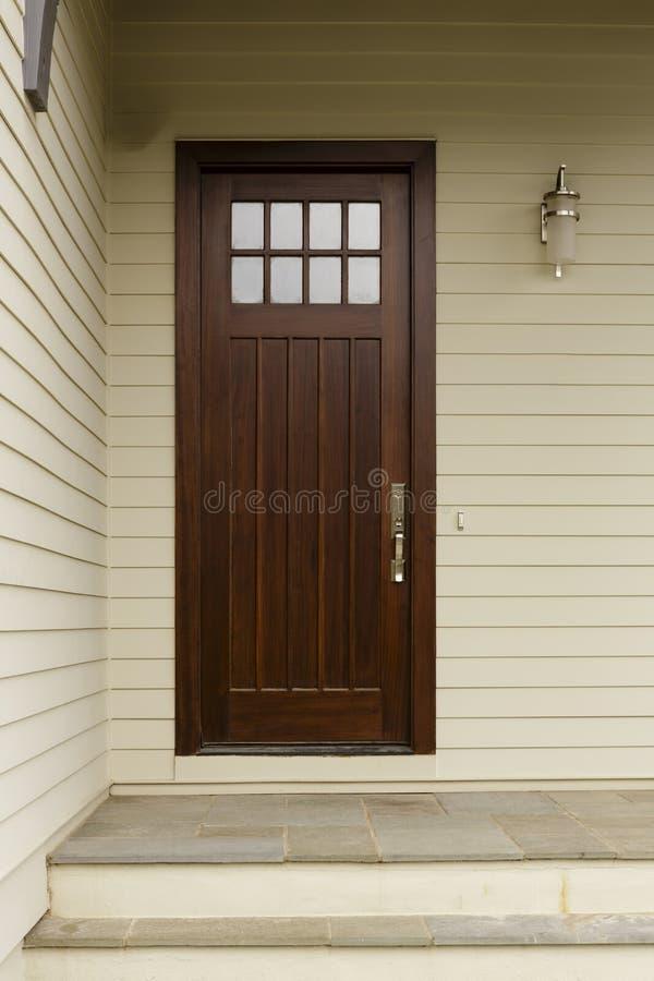 Uma porta da rua magro de madeira escura foto de stock