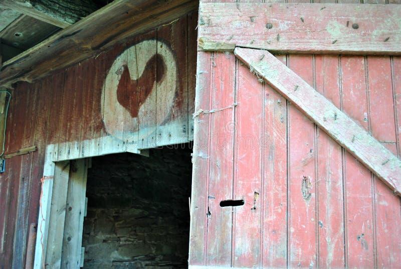 Uma porta de celeiro velha foto de stock