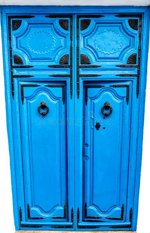 Uma porta de madeira azul com os ornamento pretos na vila branca de Frigillana Costa del Sol, Spain fotos de stock royalty free