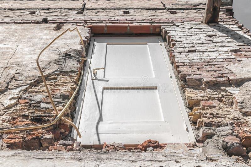 Uma porta de madeira branca visível em uma parede de pedra fotos de stock