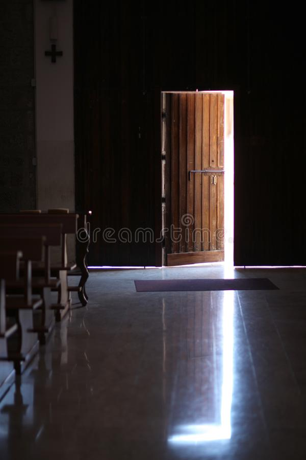 Uma porta de madeira levemente aberta com um parafuso do metal foto de stock royalty free