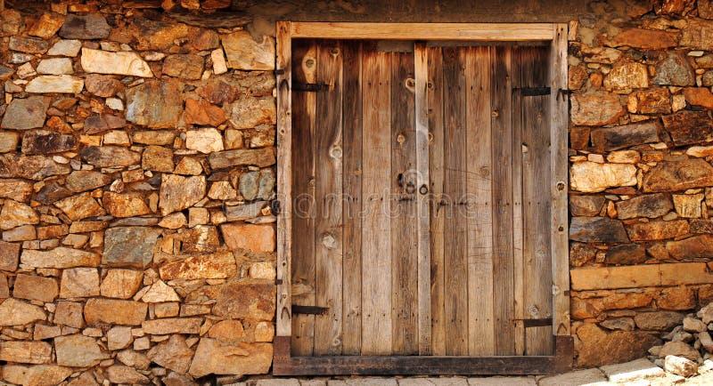 Uma porta de madeira velha imagens de stock royalty free