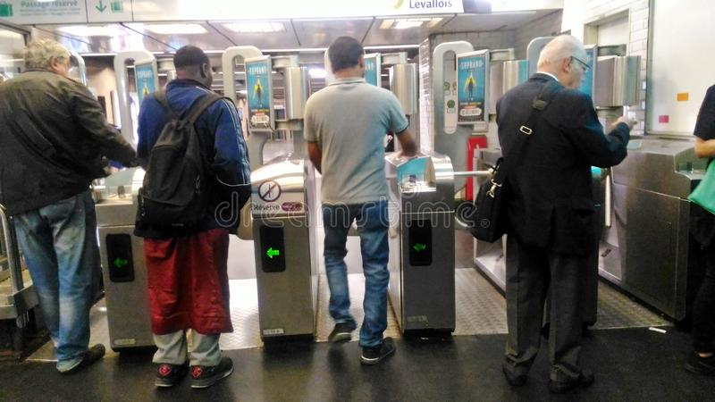 Uma porta do metro de Paris foto de stock