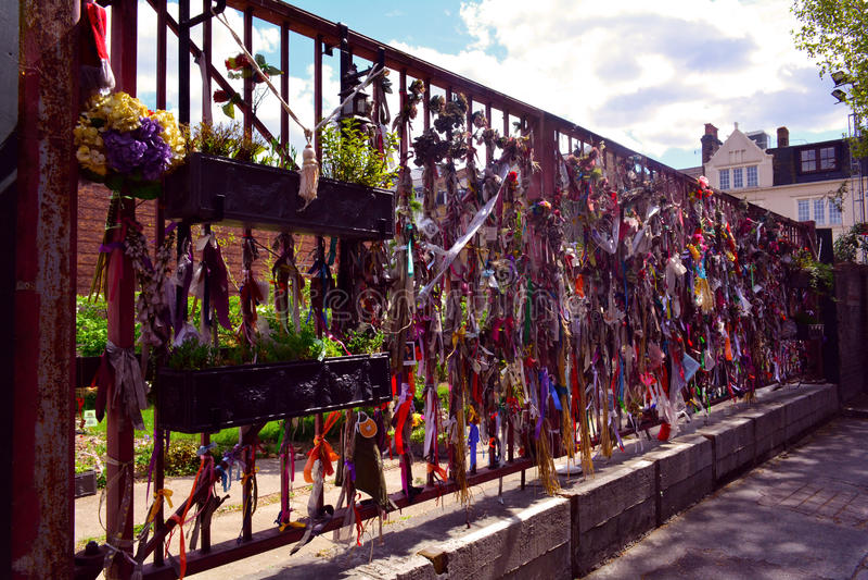 Uma porta memorável do santuário do ferro em ossos cruzados jardina, Londres, Reino Unido imagem de stock royalty free
