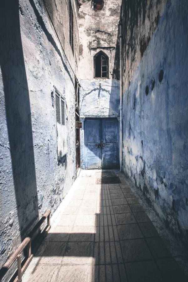 Uma porta nas ruas do medina velho da capital de Rabat de Marrocos fotografia de stock royalty free