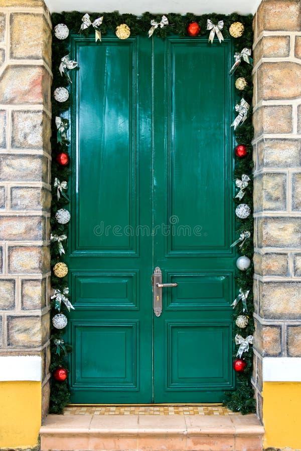 Uma porta velha verde do Natal bonito fotografia de stock