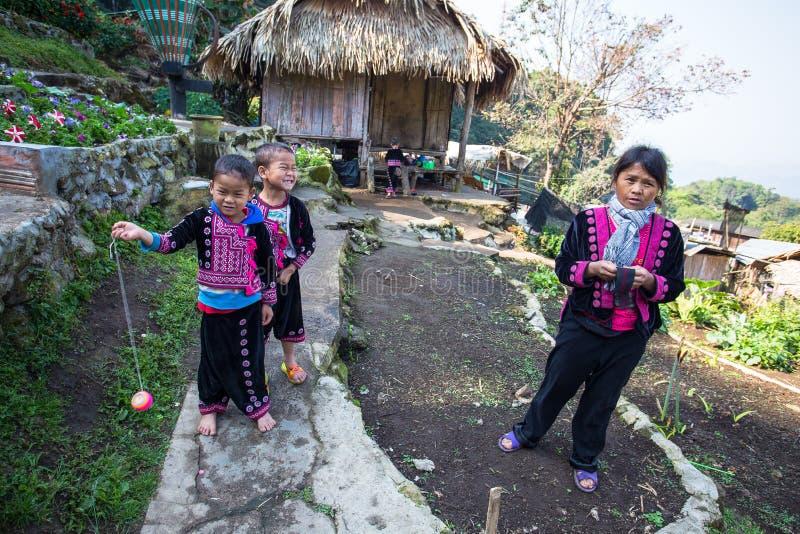 Uma pose da família de Akha para fotos do turista em Doi Pui Mong Hill Tribe Village, Chiang Mai, Tailândia foto de stock royalty free