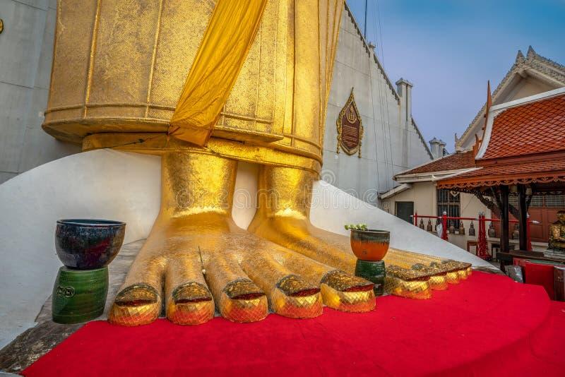 Uma posição alta dourada da Buda no wat Intharawihan imagem de stock