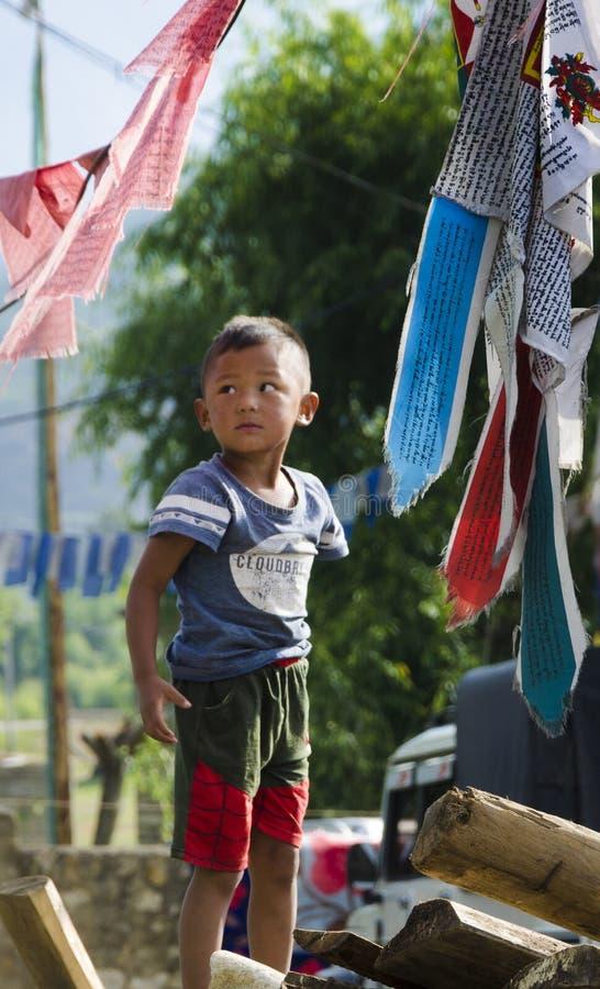 Uma posição da criança no lado do país imagens de stock