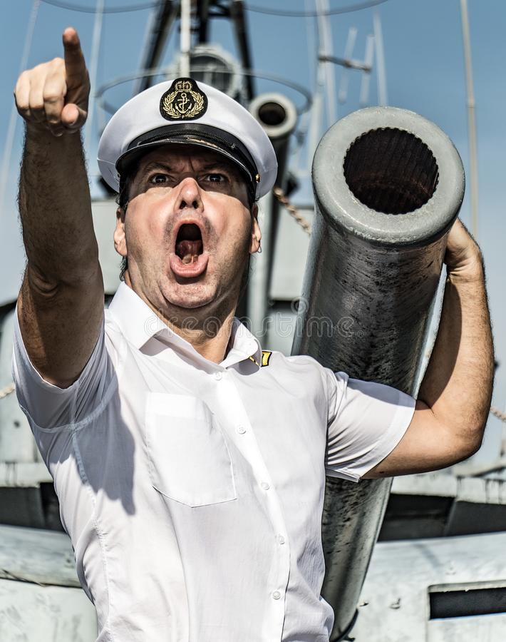 Uma posição do oficial da marinha ao lado da arma foto de stock royalty free