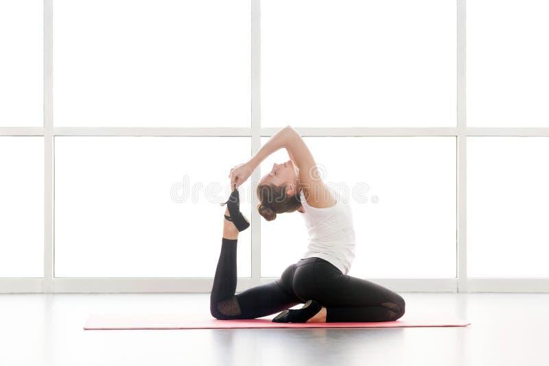 Uma postura equipada com pernas do pombo do rei da ioga  a Dinamarca de Eka PÄ  s do jakapotÄ do  de RÄ fotos de stock
