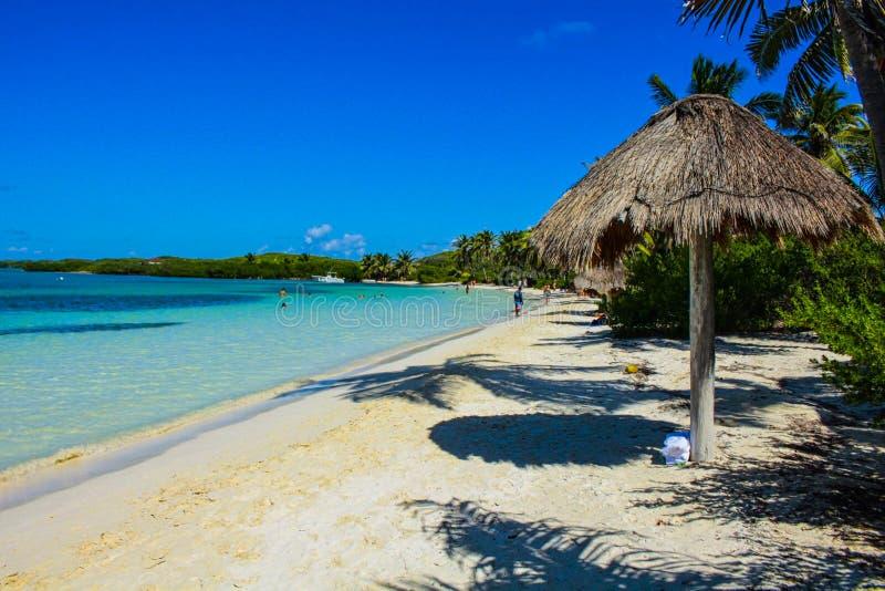 uma praia no oceano azul das horas de verão foto de stock