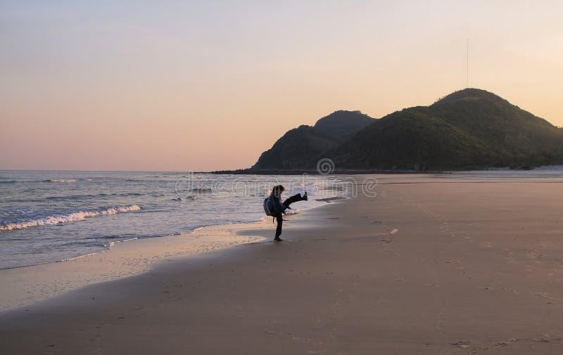 Uma praia selvagem na ilha de Quan Lan fotos de stock