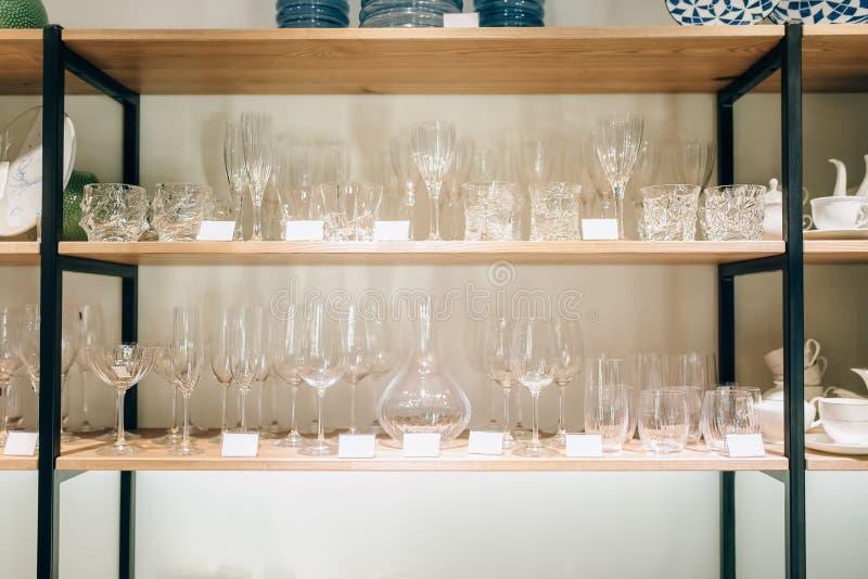 Uma prateleira dos produtos vidreiros para o ajuste da tabela, ninguém imagens de stock