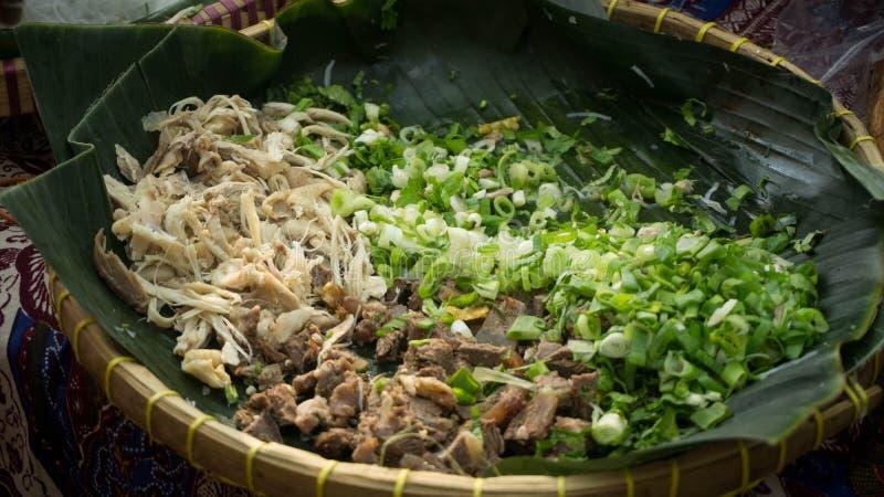 Uma preparação para a sopa tradicional da carne de Indonésia chamou o soto imagem de stock