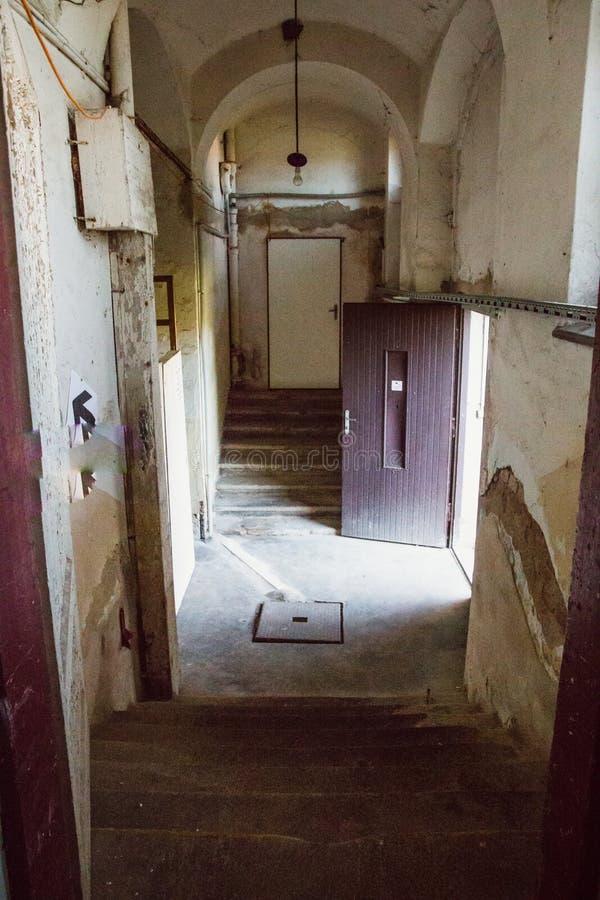 Uma prisão comunista que comemora atrocidades e práticas comunistas da tortura e que reforça a confissão imagens de stock