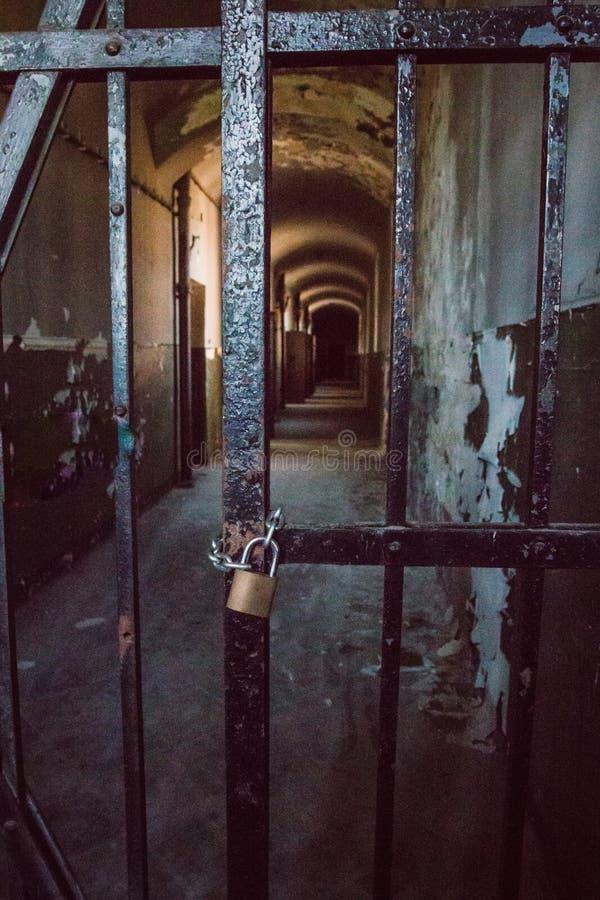 Uma prisão comunista que comemora atrocidades e práticas comunistas da tortura e que reforça a confissão imagens de stock royalty free