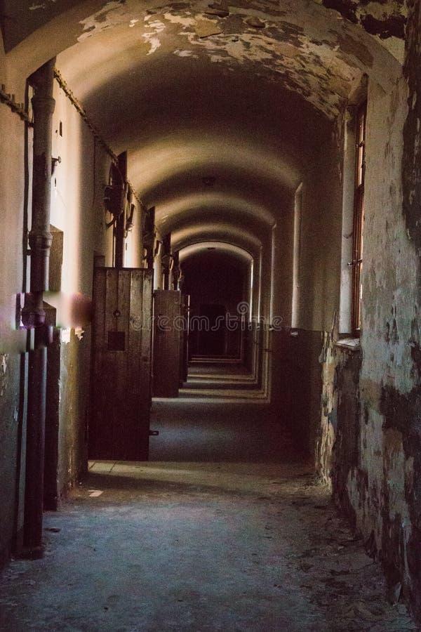 Uma prisão comunista que comemora atrocidades e práticas comunistas da tortura e que reforça a confissão fotos de stock royalty free