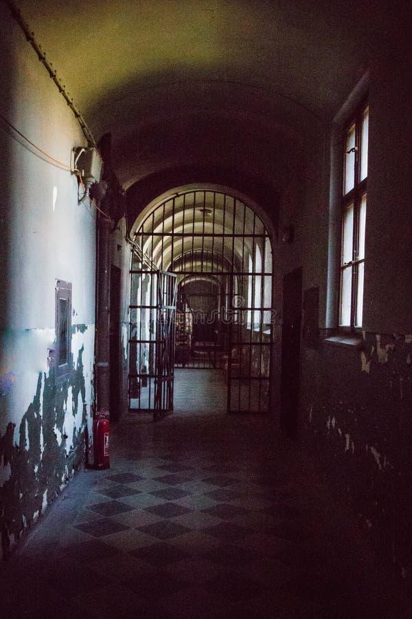 Uma prisão comunista que comemora atrocidades e práticas comunistas da tortura e que reforça a confissão foto de stock