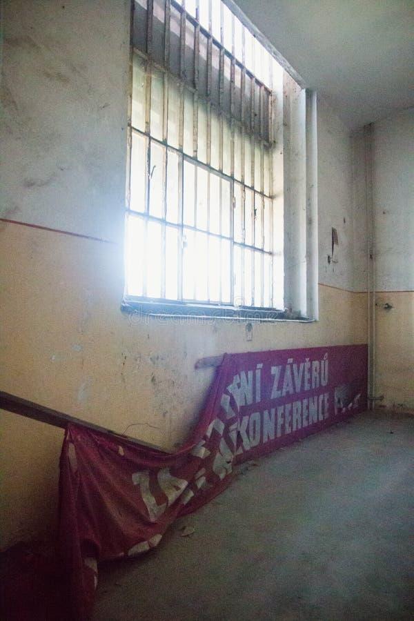 Uma prisão comunista que comemora atrocidades e práticas comunistas da tortura e que reforça a confissão fotos de stock