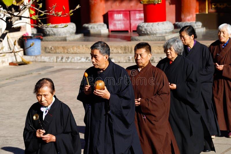 Uma procissão religiosa no templo de Yantong, um grande complexo budista em Kunming Yunnan, China foto de stock