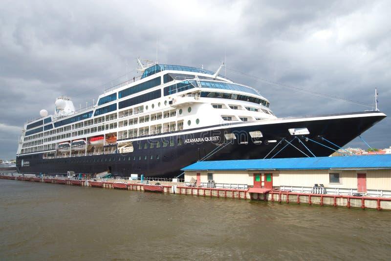 Uma procura de cinco estrelas de Azamara do navio de cruzeiros no dia nebuloso St Petersburg foto de stock