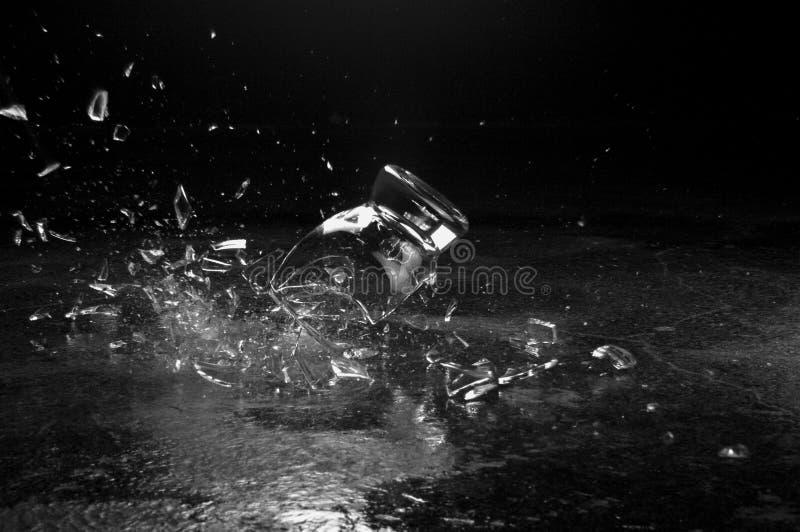 Uma quebra de vidro na terra foto de stock