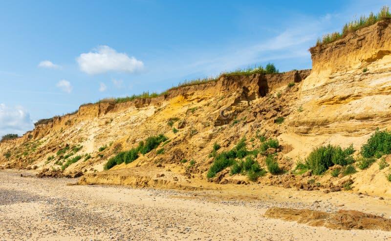 Uma queda da rocha deixou uma grande diferença nos penhascos no Suffolk de Covehithe, Reino Unido fotografia de stock