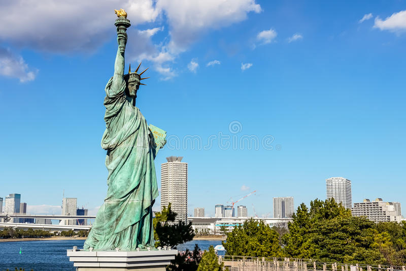 Uma réplica da estátua da liberdade em Odaiba imagem de stock royalty free