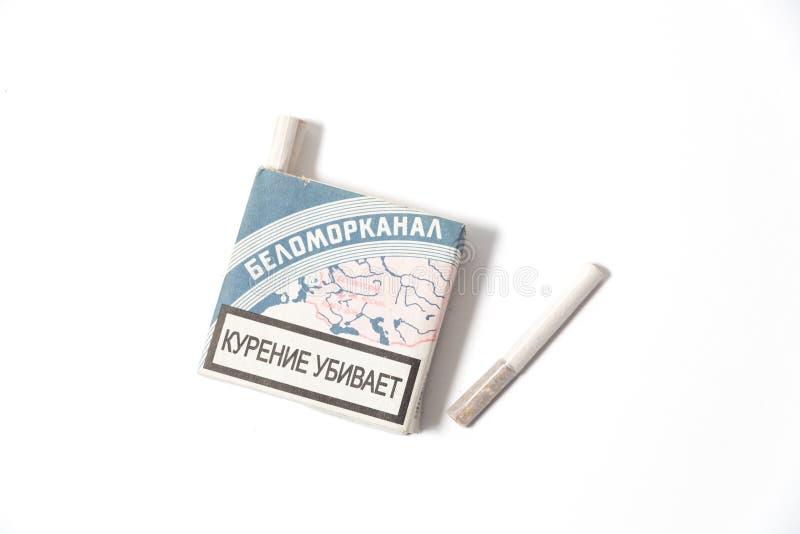 Uma réplica do bloco dos cigarros soviéticos velhos do vintage 'de Belomorkanal 'isolados em um fundo branco foto de stock royalty free