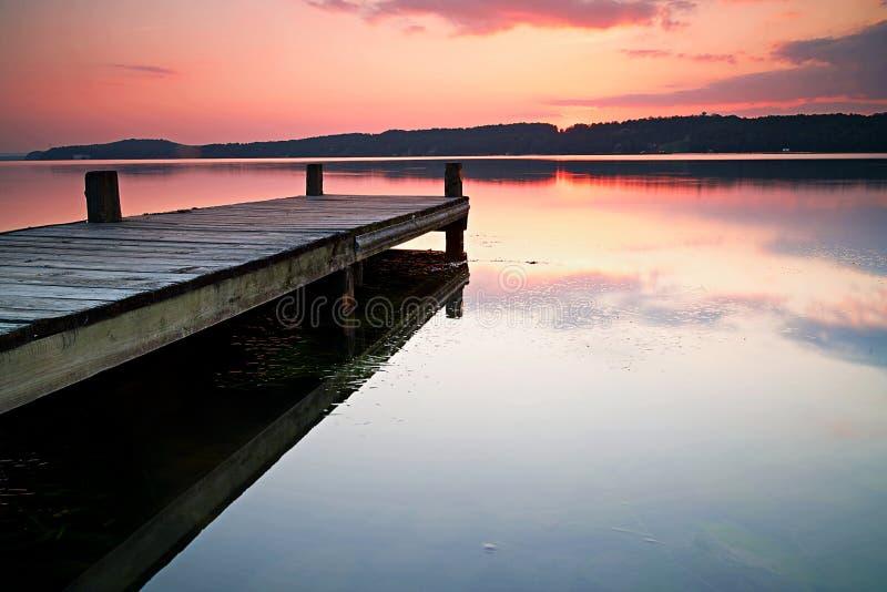 Uma rampa de madeira que olha em um céu do crepúsculo foto de stock royalty free