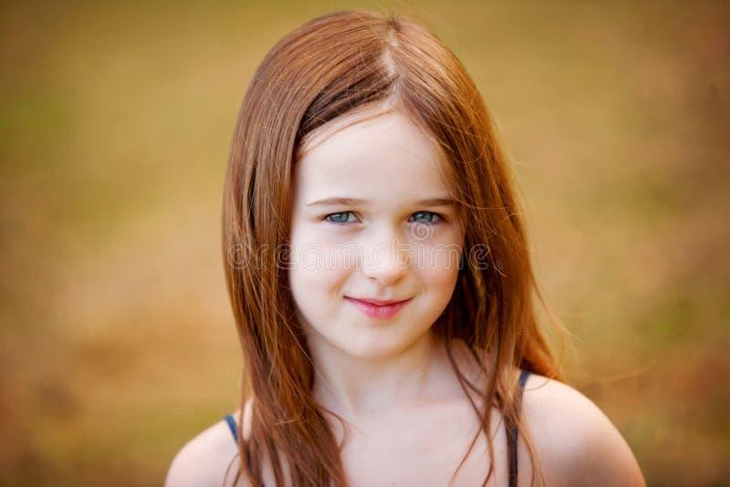 Uma rapariga bonita ao ar livre imagens de stock royalty free