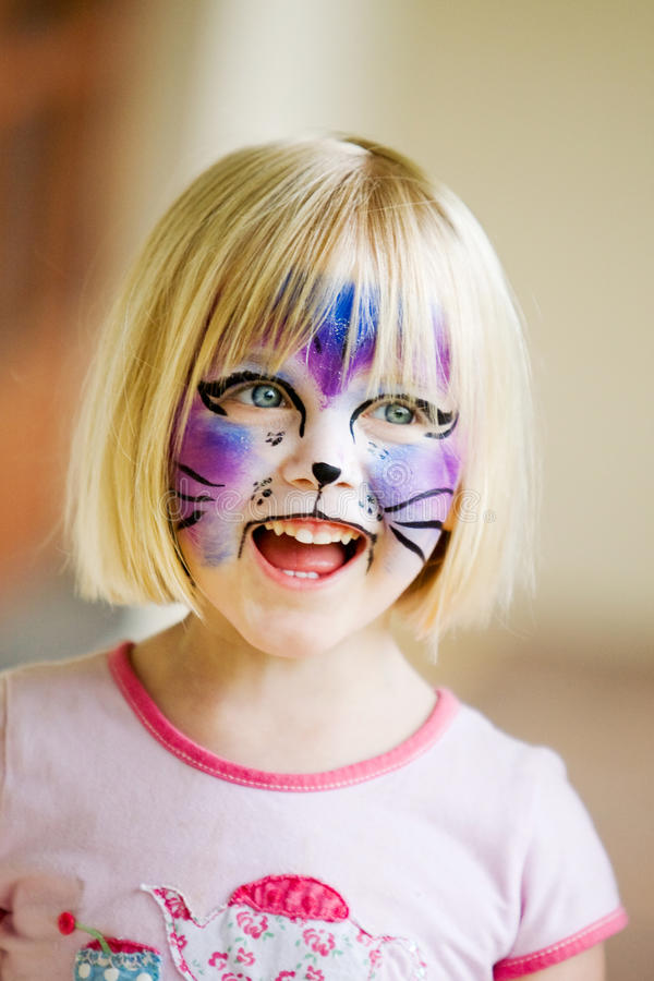 Uma rapariga com sua face pintada imagens de stock royalty free